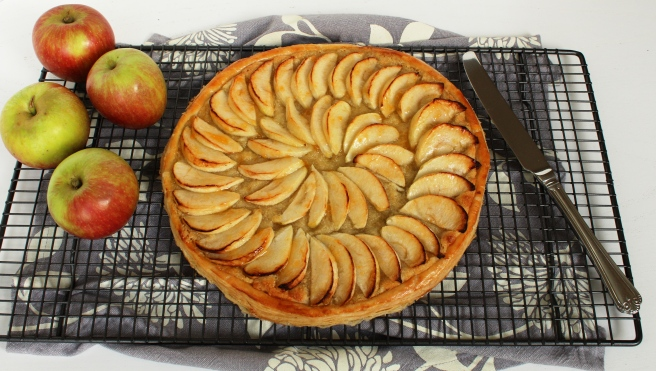 Baking rack and apple tart