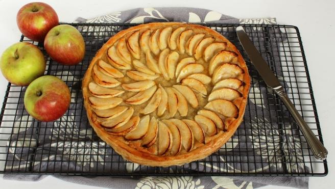 Baking rack and apple tart
